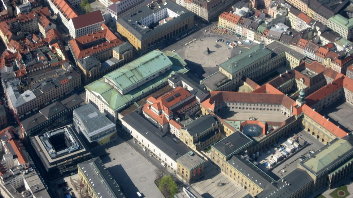 Luftbild der Münchner Innenstadt u.a. mit Max-Joseph-Platz und Nationaltheater.