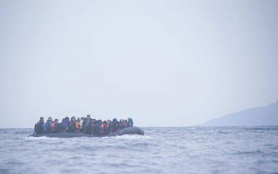 Geflüchtete Menschen überqueren das Mittelmeer, auf dem Weg zur nordöstlichen griechischen Insel Lesbos (Januar 2016).