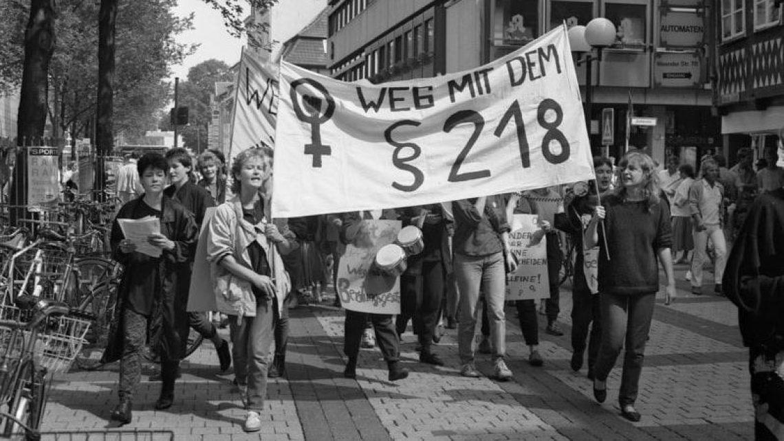 Demonstration gegen den § 218 zum Schwangerschaftsabbruch in Göttingen, Juni 1988.