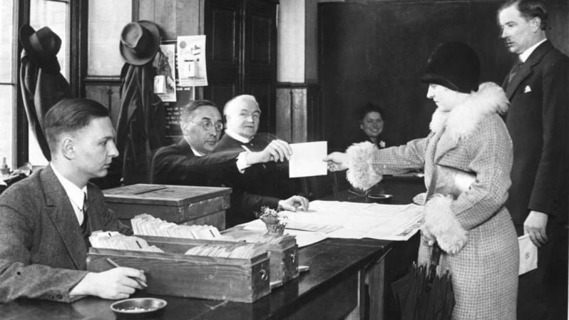 Frauen konnten in Deutschland am 19. Januar 1919 erstmals auf nationaler Ebene ihr Wahlrecht nutzen. Das Bild zeigt ein Braunschweiger Wahllokal zur Reichstagswahl 1931.