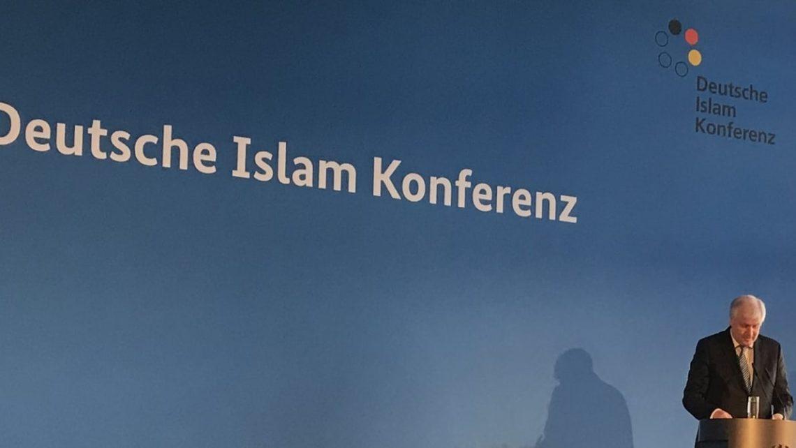 Zum gestrigen Auftakt der DIK erklärte Horst Seehofer, Muslime gehörten zu Deutschland, verwies aber zugleich auf die christliche und jüdische Prägung Deutschlands.