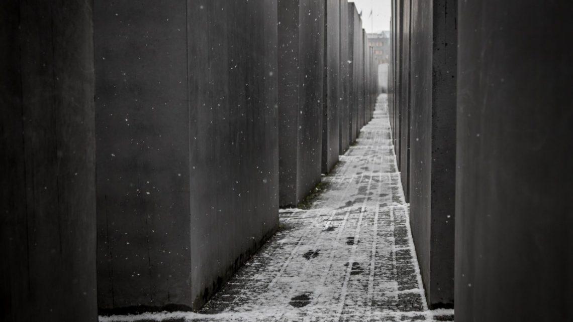 Das Denkmal für die ermordeten Juden Europas in der Berliner Innenstadt erinnert an die rund sechs Millionen Juden, die unter der Herrschaft Adolf Hitlers und der Nationalsozialisten ermordet wurden.