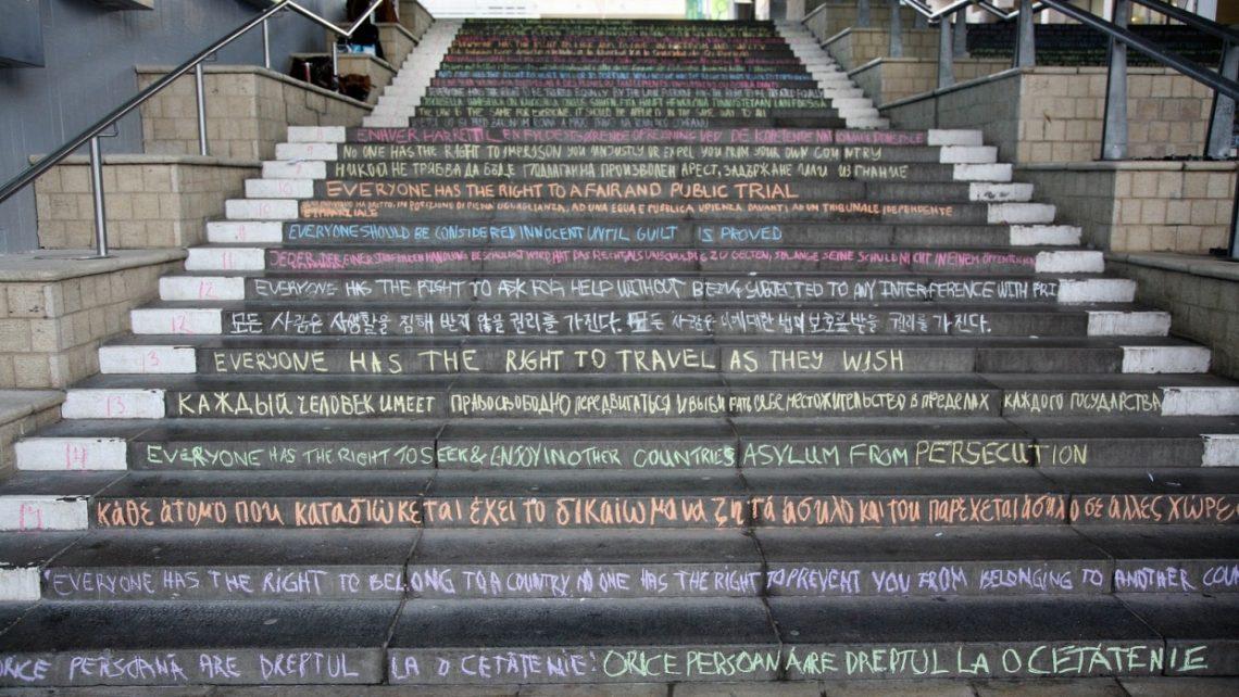Studenten der University of Essex schrieben zum Tag der Menschenrechte 2013 die 30 Artikel der Allgemeinen Erklärung der Menschenrechte auf die Stufen einer Treppe des Colchester Campus.