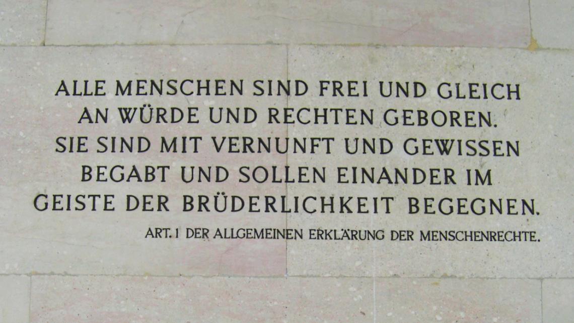 Artikel 1 der Allgemeinen Erklärung der Menschenrechte; am Parlamentsgebäude in Wien, Österreich.