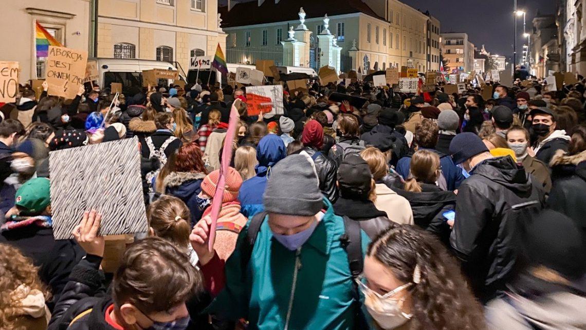 25. Oktober 2020: Tausende Menschen versammelten sich in Warschau, Midwowa, vor dem Sitz der Kurie, um gegen das Urteil des Verfassungsgerichts zu protestieren, wonach nun ein Schwangerschaftsabbruch auch bei schweren gesundheitlichen Schäden des Fötus verboten ist.